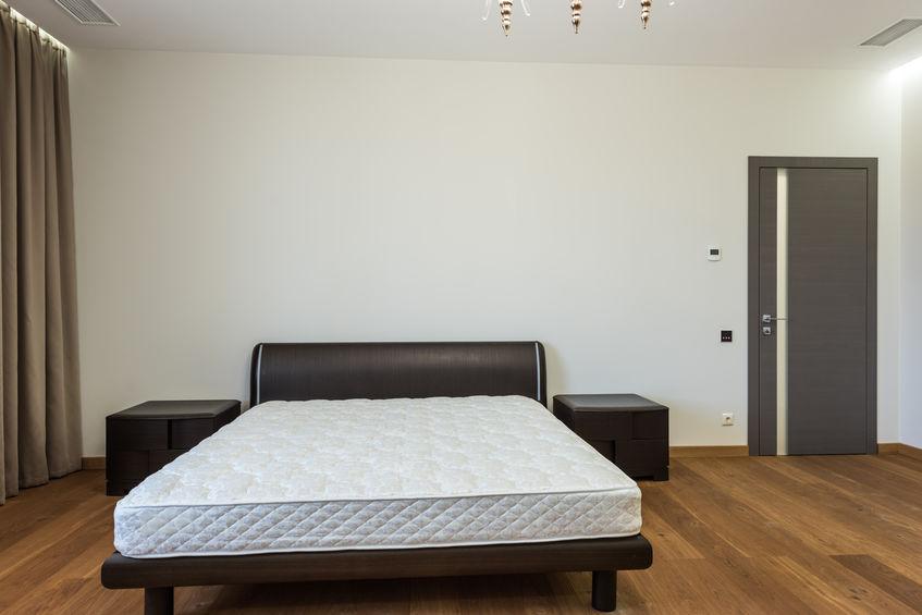 Camera da letto con materasso senza lenzuola