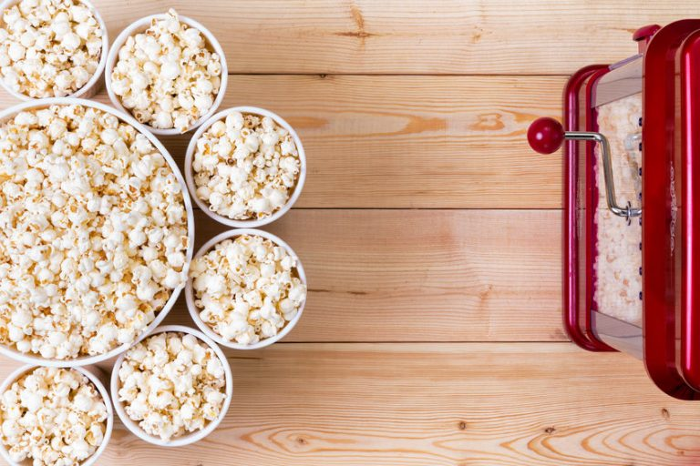 Macchina per popcorn con popcorn
