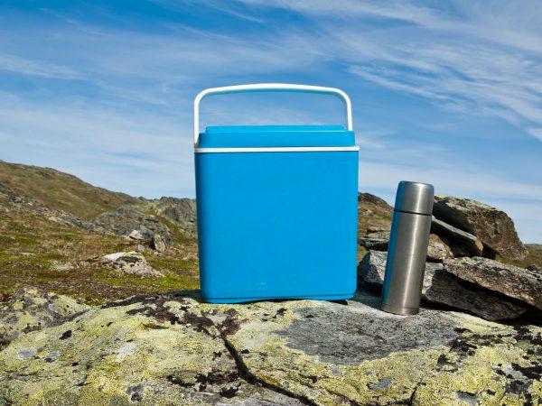 Un frigorifero portatile azzurro