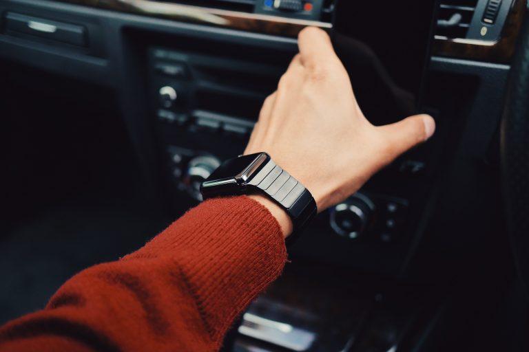 Uomo con smartwatch al polso