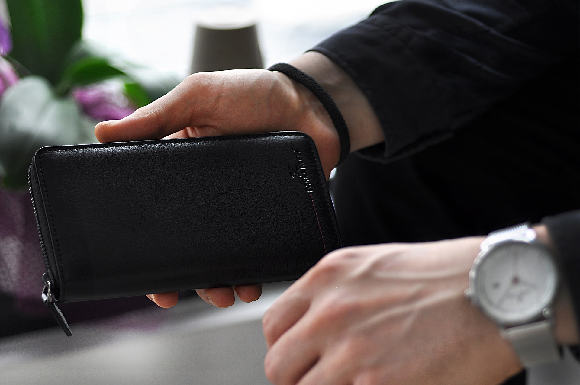 Uomo con portafoglio in mano