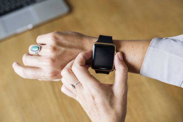 Donna con smartwatch e anelli