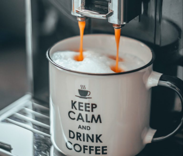 Caffè macchiato in tazza grande