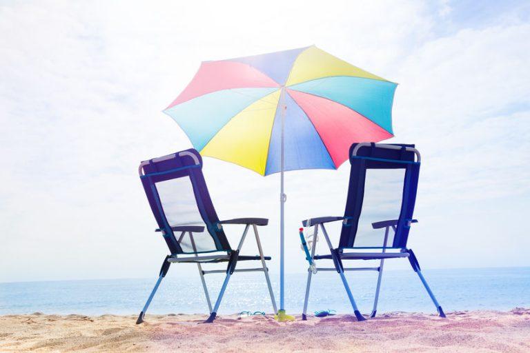 Sedie da spiaggia con ombrellone