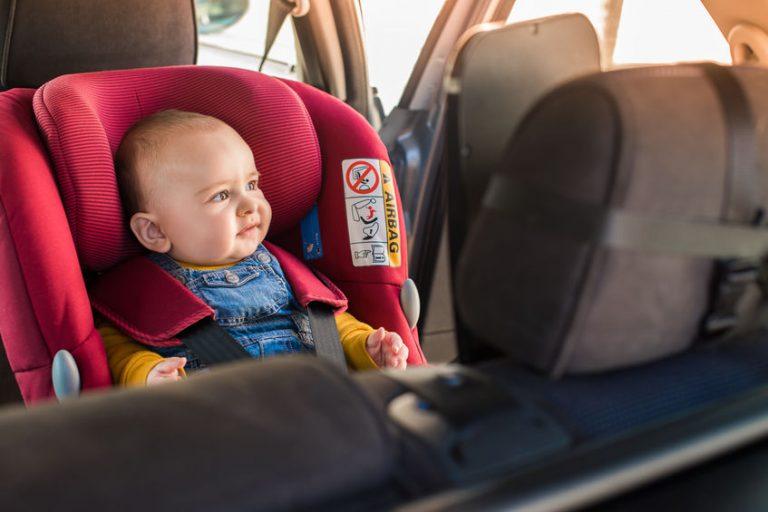 Neonato nel seggiolino auto