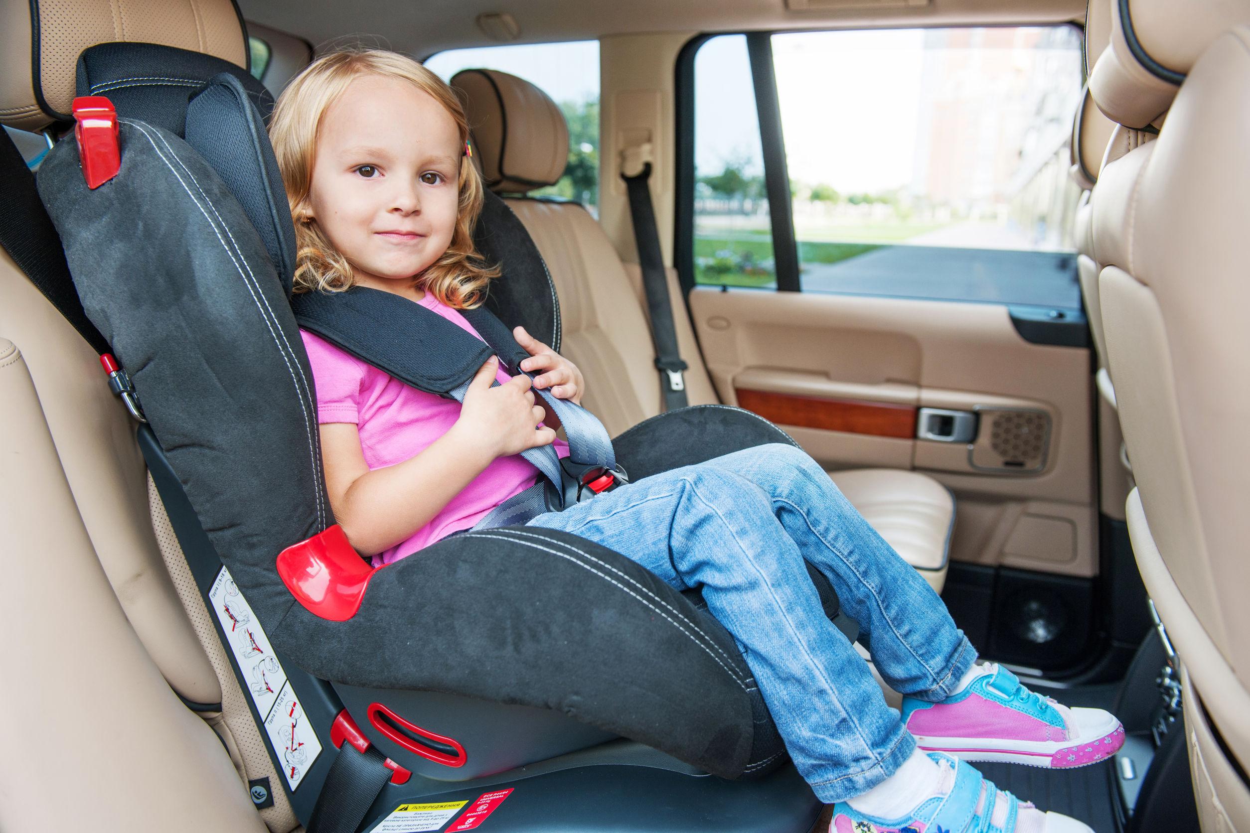 Bambina nel seggiolino auto