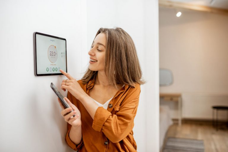 Donna che usa la tecnologia di una smart home