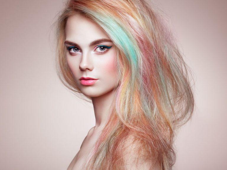 Donna bionda con capelli colorati