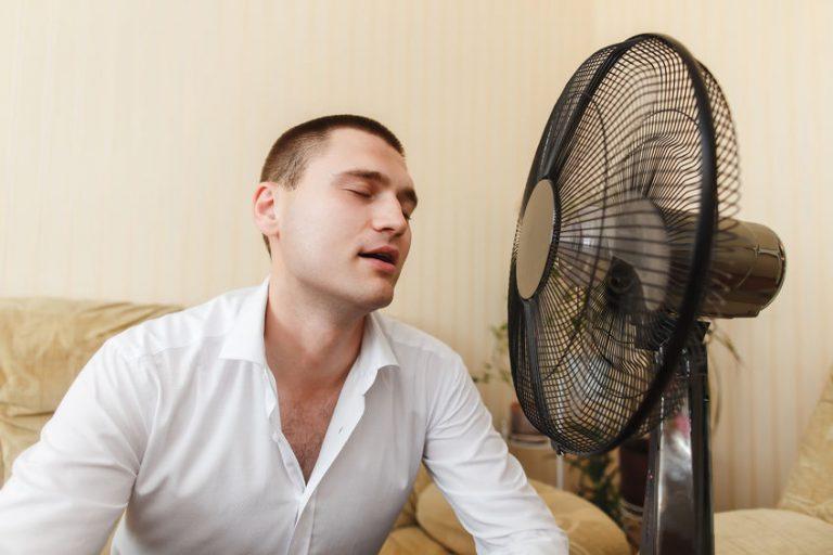 Uomo davanti al ventilatore