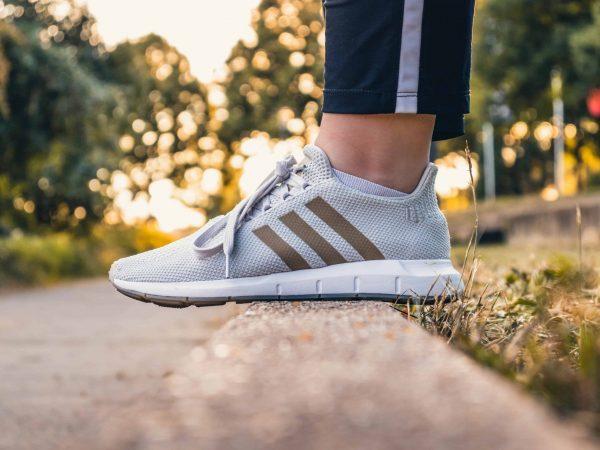 Primo piano su una scarpa Adidas