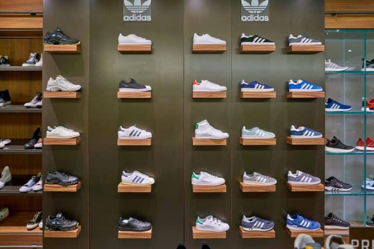 Negozio che espone scarpe Adidas