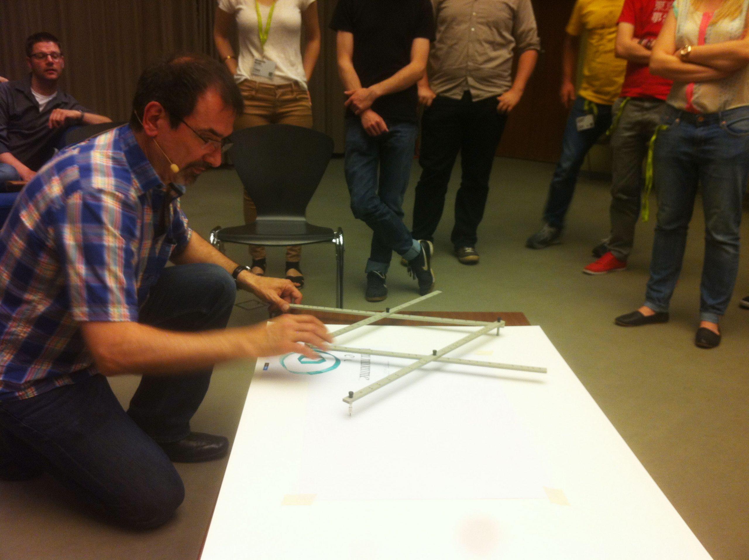 Uomo che mostra il funzionamento di un pantografo