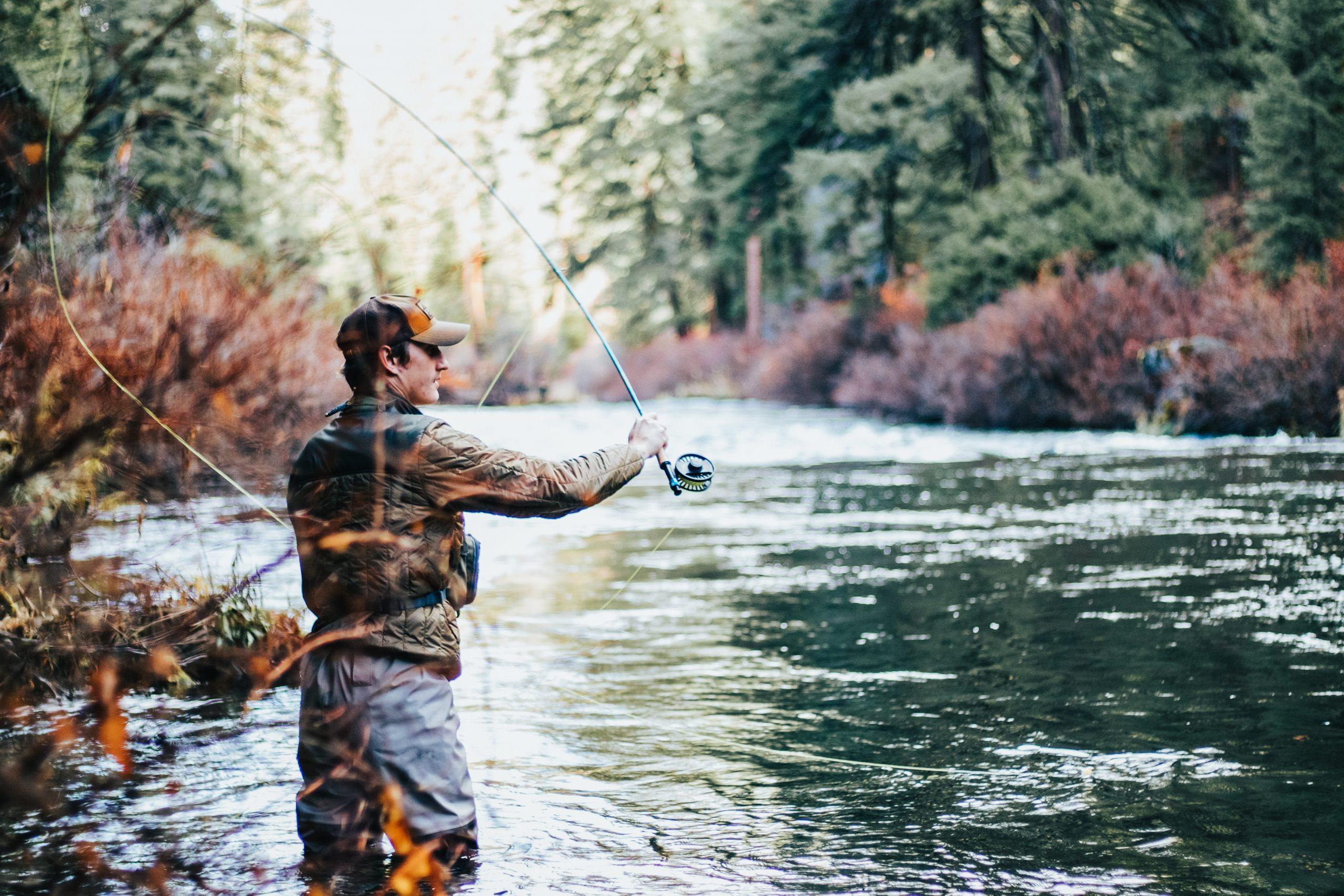 Uomo che pesca in riva al fiume