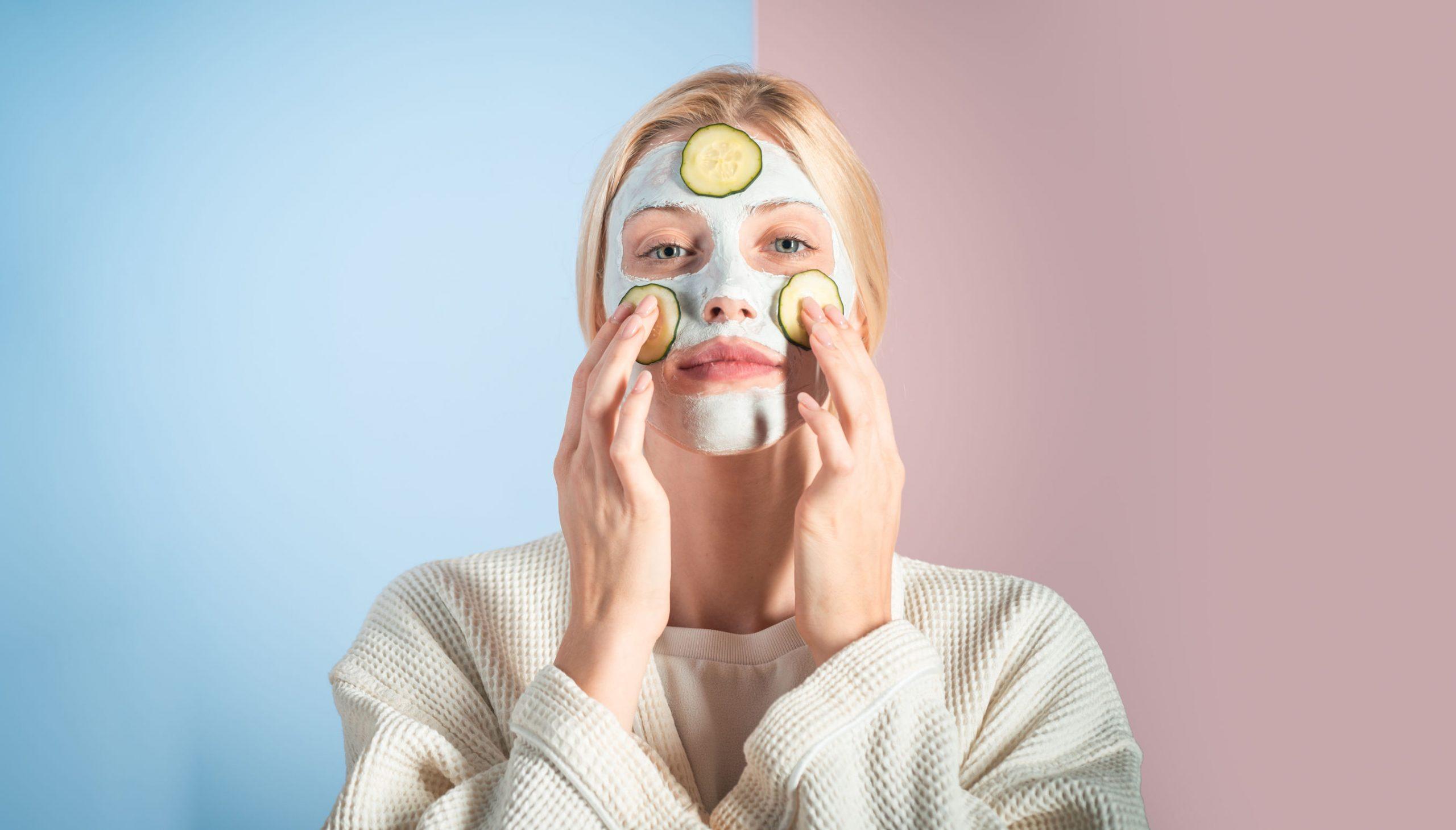 Donna con maschera sul viso