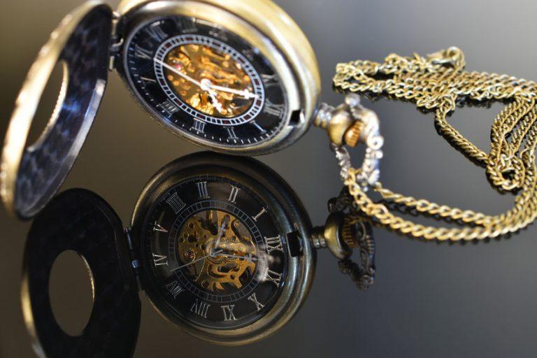 Un orologio da taschino con ingranaggi
