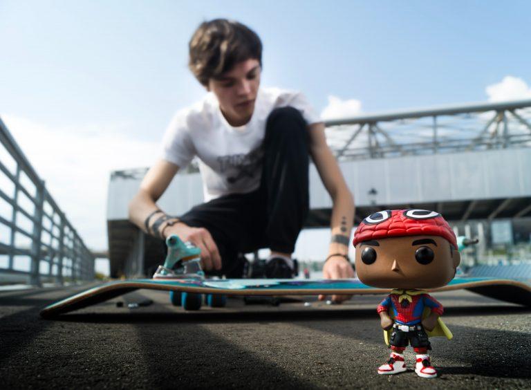 Funko Pop Spiderman e ragazzo con lo skate