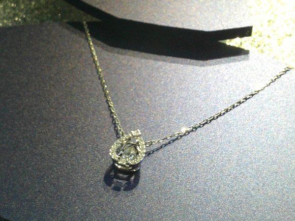 Una collana Swarovski in primo piano
