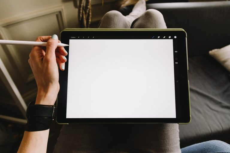 Donna con tablet