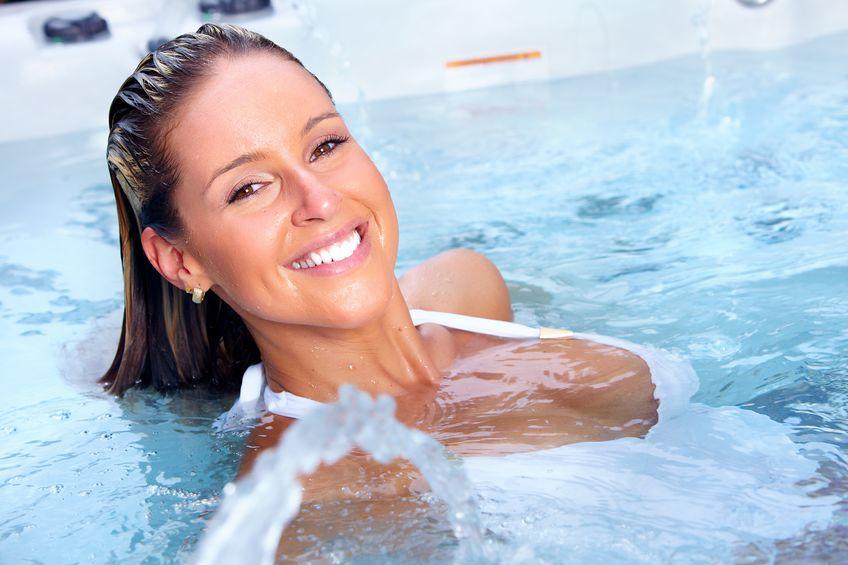 Donna dentro un idromassaggio che sorride