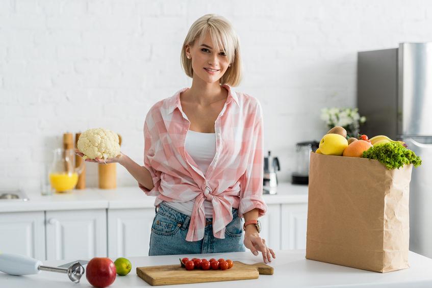 Donna in cucina con minipimer