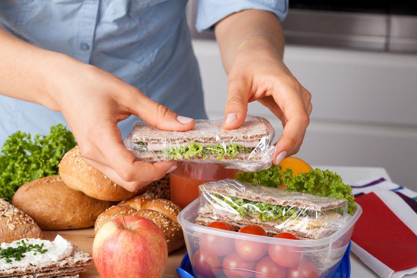 Immagine di una persona che mette il cibo in una scatola di pranzo