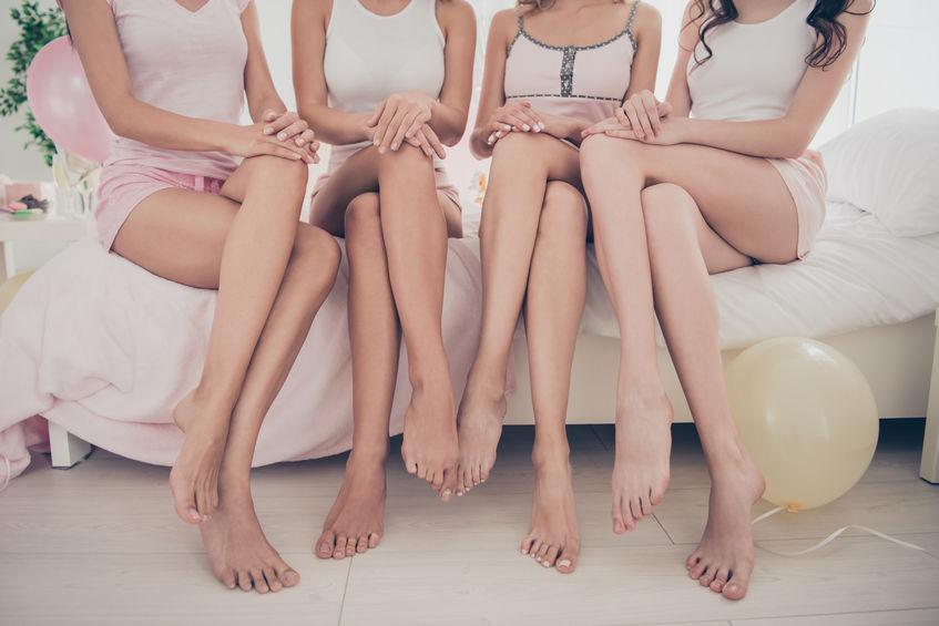 Immagine di diverse donne sedute che mostrano le gambe