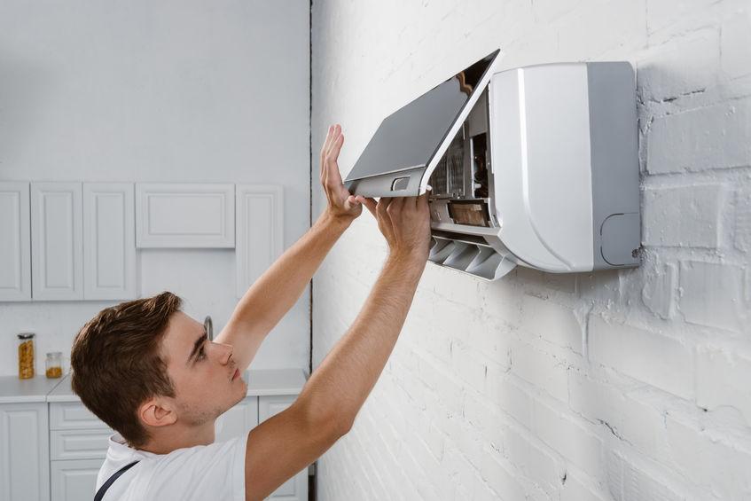 Tecnico che installa un generatore di ozono