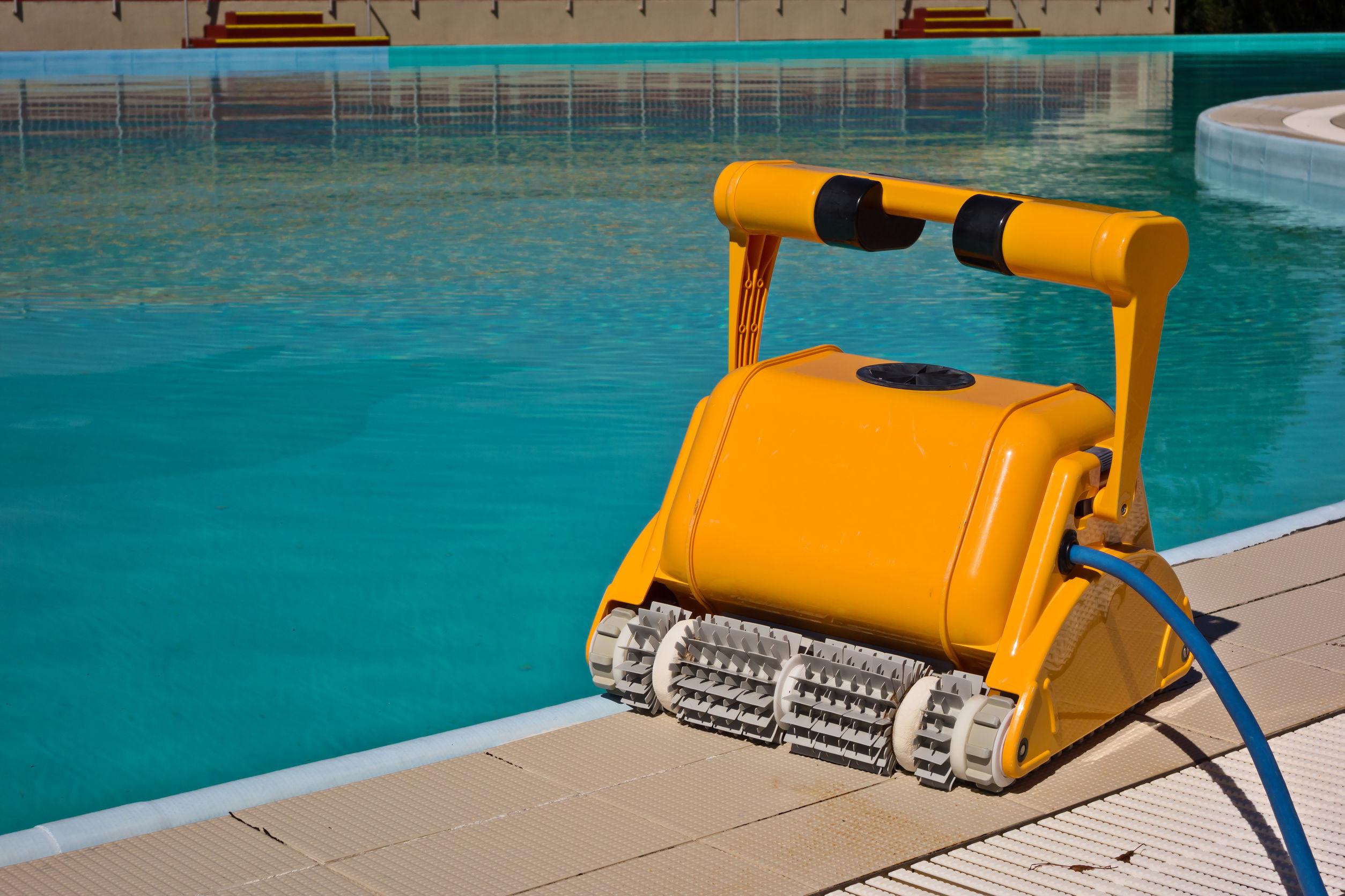 Un robot pulisci piscina giallo