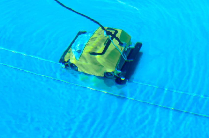 Un robot pulisci piscina in azione