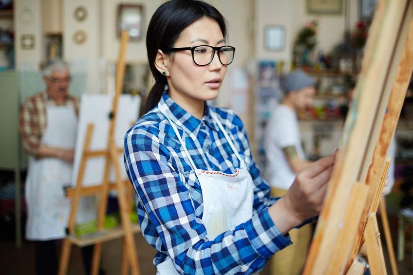 Donna che dipinge durante una lezione d'arte