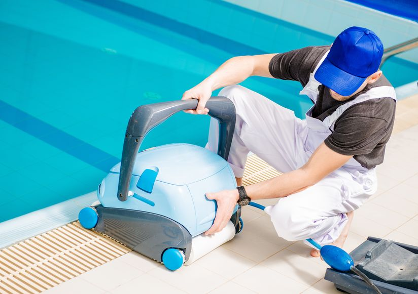 Tecnico con robot pulisci piscina