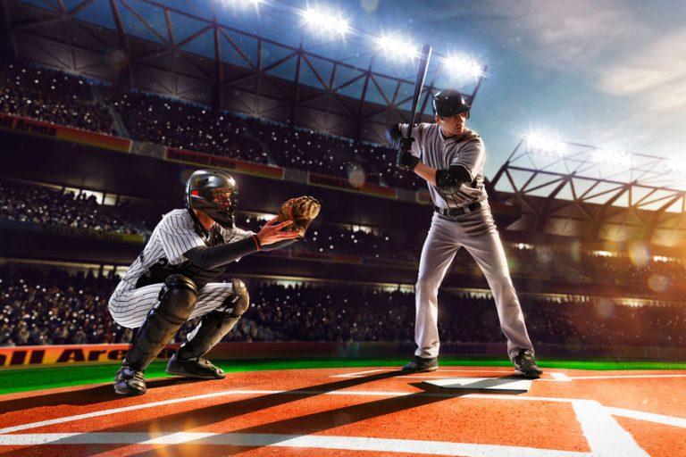 Uomini giocando a baseball