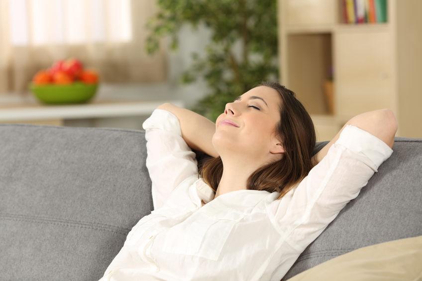 Donna che si rilassa sul divano