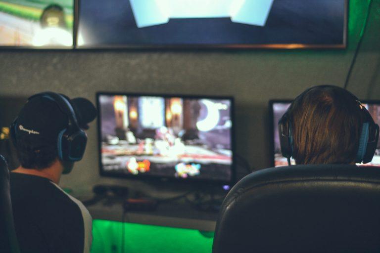 Due persone giocando davanti a un PC