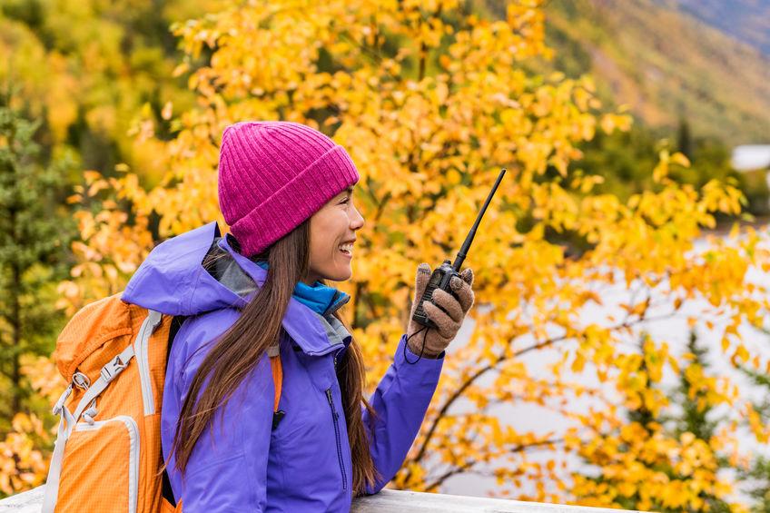 Donna che usa un walkie talkie in escursione
