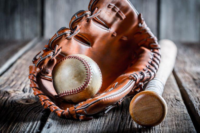 Mazza, palla e guantone da baseball