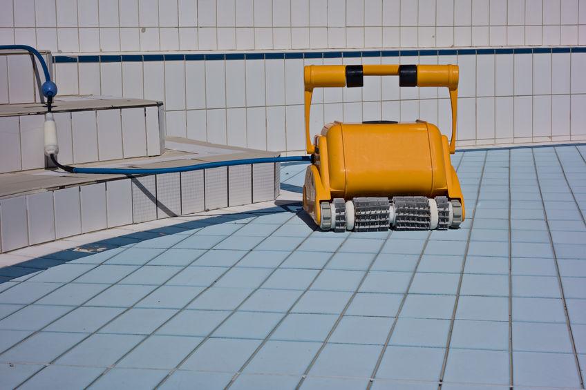 Robot pulisci piscina sul bordo