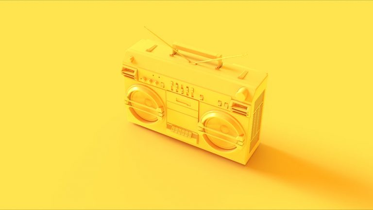 Una radio in contesto giallo