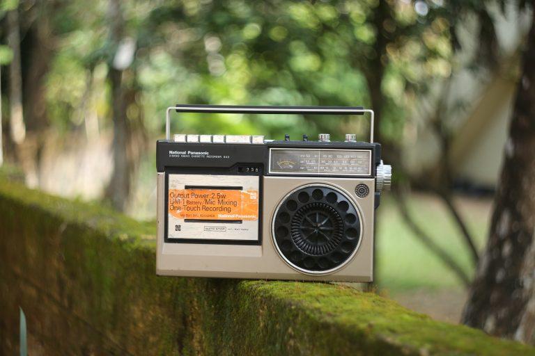 Radio portatile su un muretto