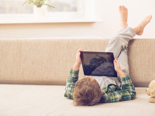 Un bambino con il tablet in mano