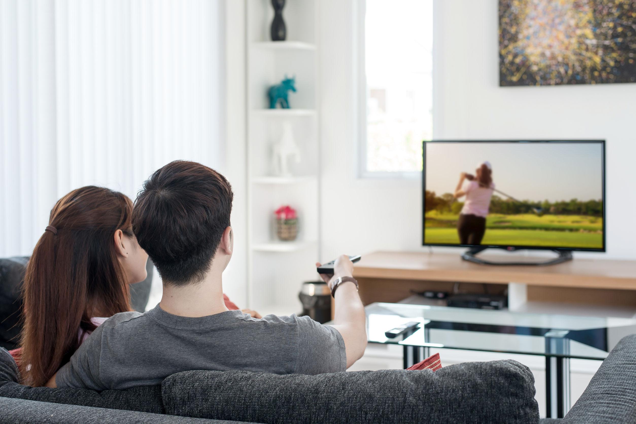 Persone sul divano che guardano la TV