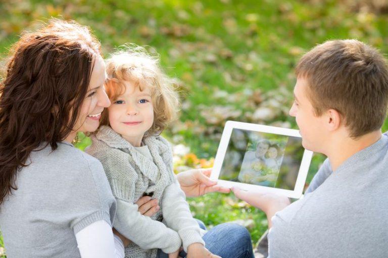 Famiglia all'aria aperta con un tablet