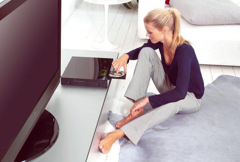Donna che usa un lettore DVD