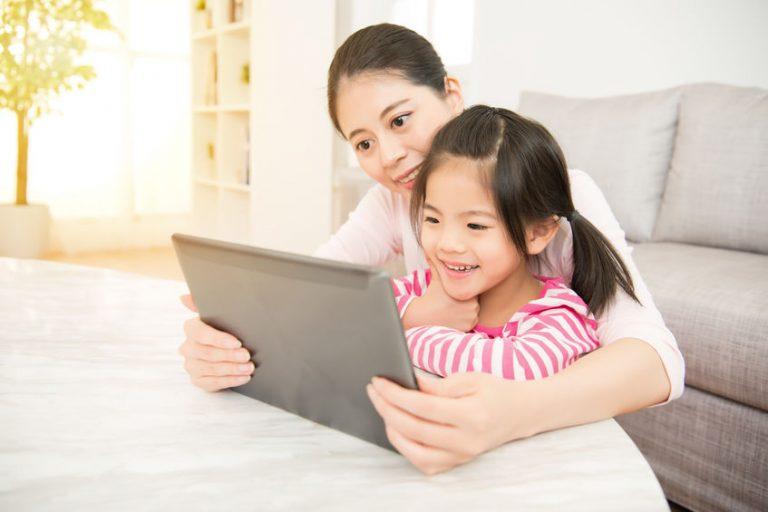 Madre e figlia con che guardano un tablet