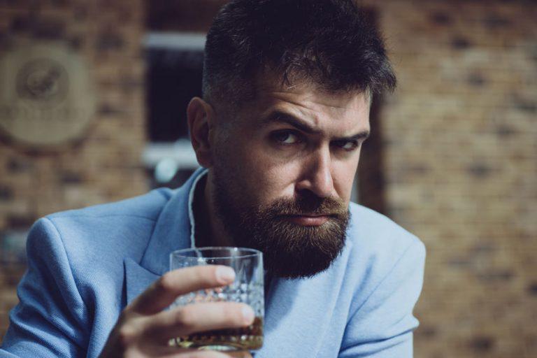 Uomo con bicchiere in mano