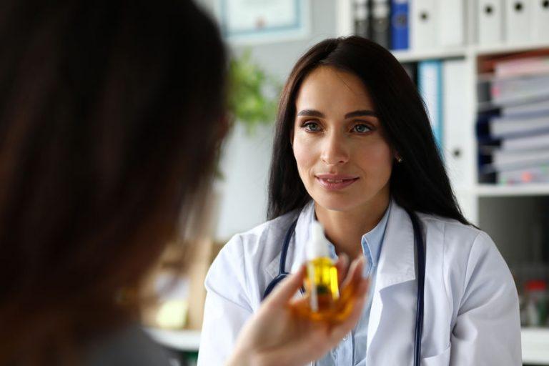 Dottoressa che consiglia olio CBD