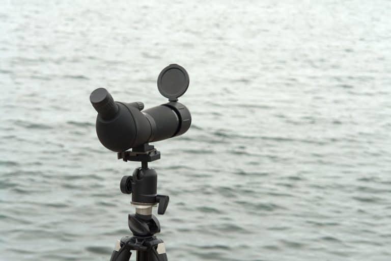 Telescopio terrestre puntato verso un lago