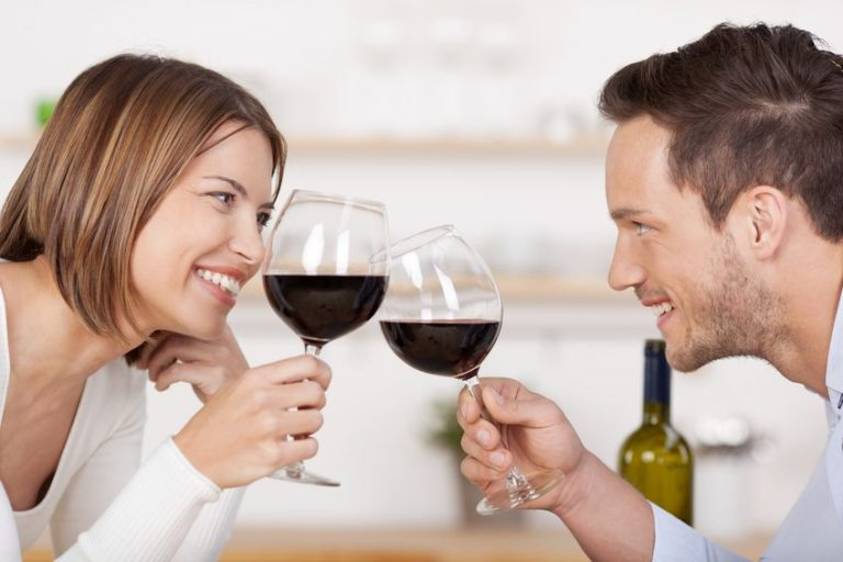 Persone che brindano con del vino rosso