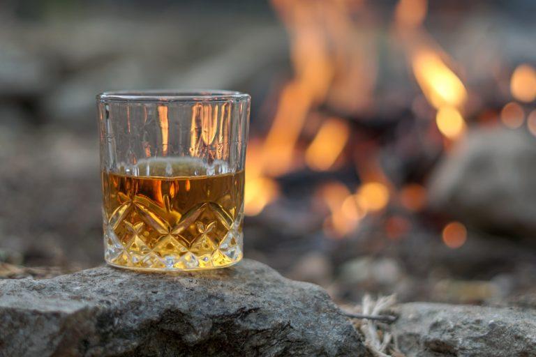 Un bicchiere di bourbon sulle rocce