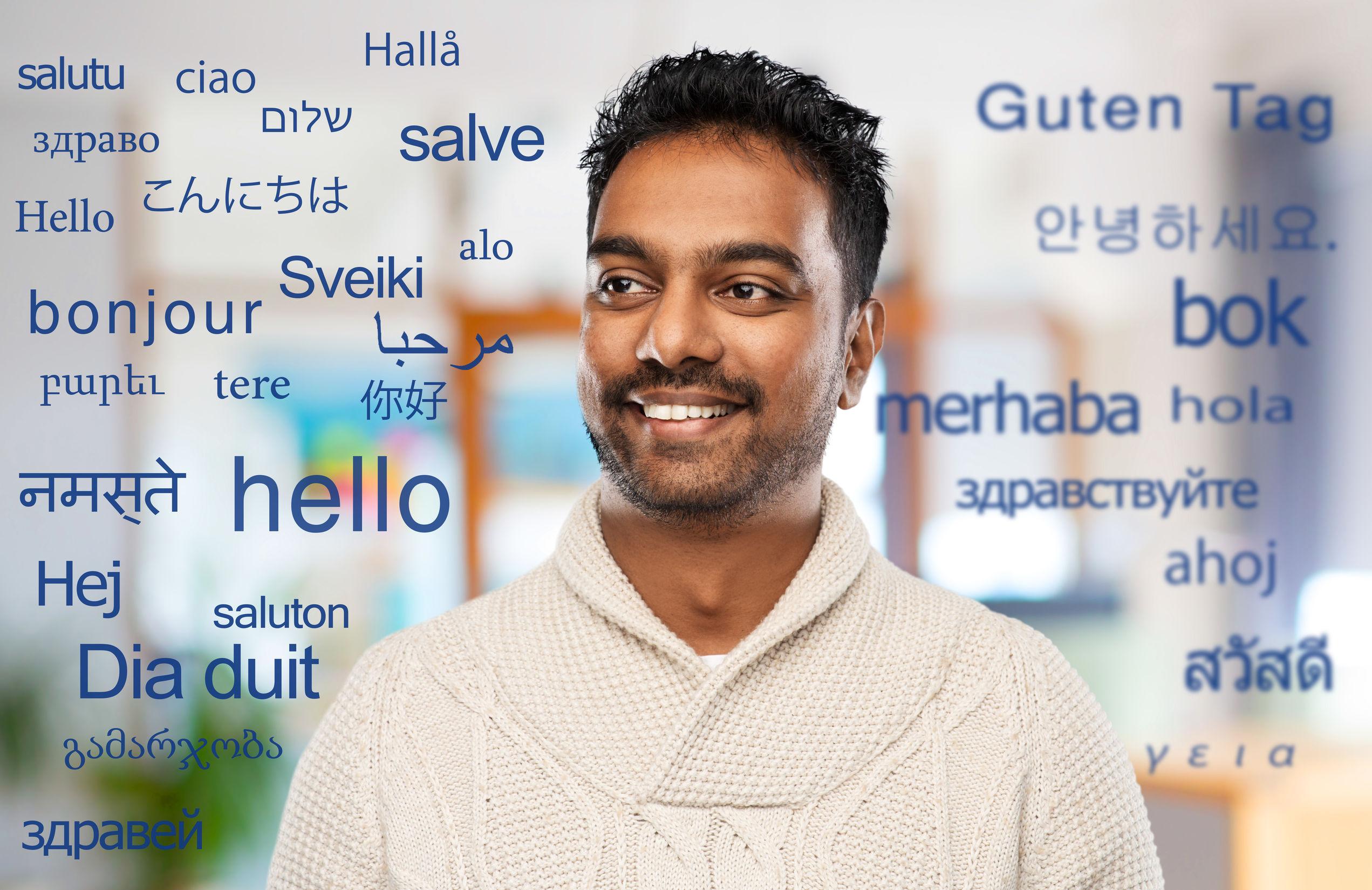 Uomo circondato da parole in tutte le lingue